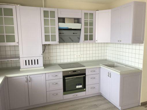 белая кухня с черным духовым шкафом и оливковыми обоями
