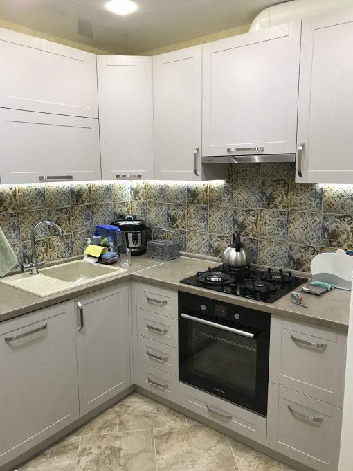 белая кухня с черным шкафом