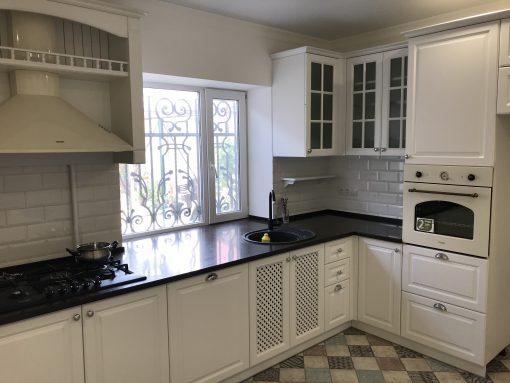 Кухня белая полуклассик