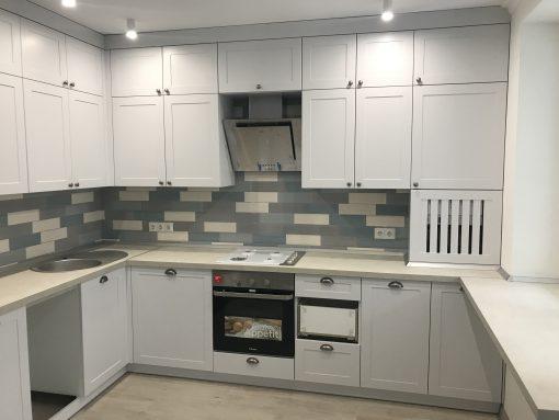 просторная белая кухня с духовкой