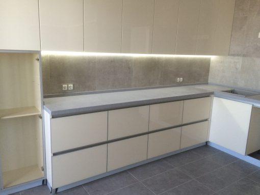 белая кухня с серыми вставками