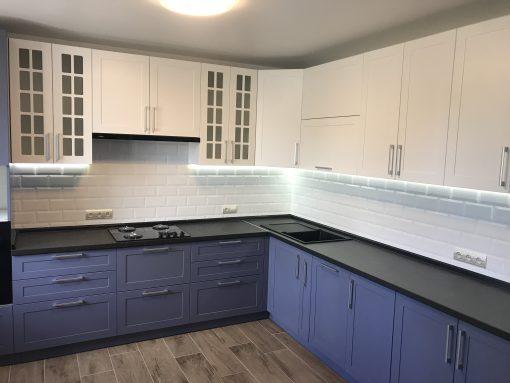 кухня синия с белой столешницей