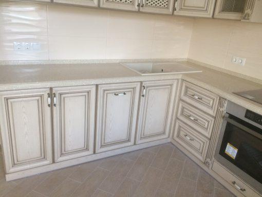 угловая белая с мраморной столешницей кухня