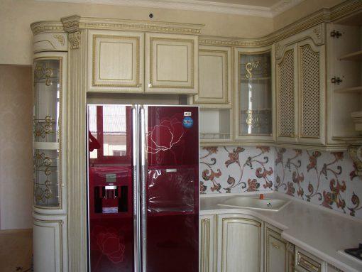 кухня белый класицизм с вытяжко