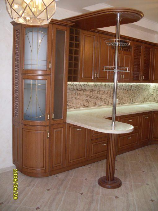 кухня деревянная с белыми вставками