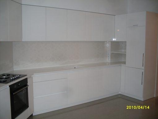 обычная просторная уютная кухня