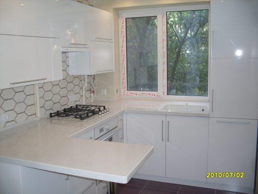 Небольшая белая кухня