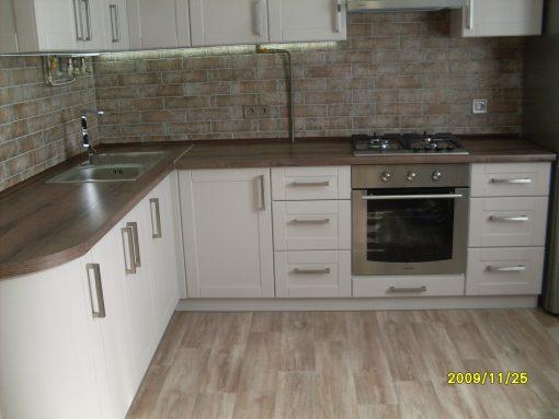 угловая кухня с деревянной столешницей
